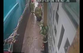 Lợi dụng trời mưa trộm xe ở TP HCM