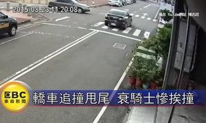 Bị ô tô khác húc ngang, Mazda lao lên đâm xe máy