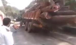 Xe tải lật xuống vực vì chở quá nặng