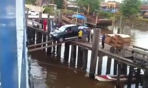 Thán phục màn đưa bán tải xuống thuyền cực nguy hiểm