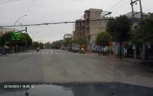 Bài học cảnh giác: Em bé băng qua đường đầy nguy hiểm