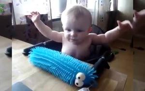 Biểu cảm đáng yêu của bé khi có đồ chơi mới