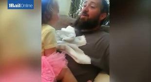 Biểu cảm siêu dễ thương của cô bé khi chơi ú òa cùng bố