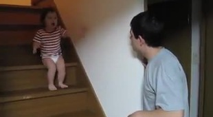Bé gái vờ tranh cãi với bố như người lớn