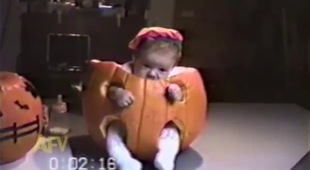 Bé ti toe đón Halloween với quả bí ngô