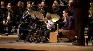 Thiên tài 3 tuổi chơi trống cho dàn nhạc giao hưởng