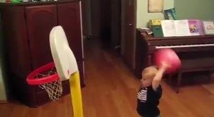 Em bé chơi bóng rổ thần sầu như VĐV