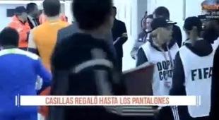 Casillas cởi quần tặng cổ động viên