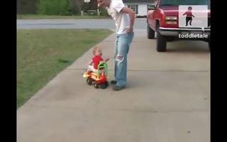 Ngộ nghĩnh bé gái quyết không chịu rời ô tô đồ chơi