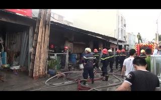 Xưởng in rộng hàng trăm mét vuông bốc cháy dữ dội vào rạng sáng