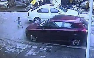 Cậu bé 3 tuổi may mắn sống sót dù bị ôtô đâm thẳng vào người