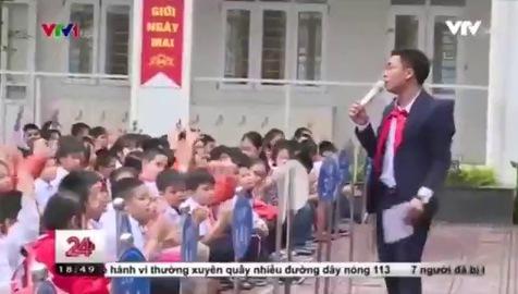 Thầy giáo hát rap dạy học sinh về an toàn giao thông