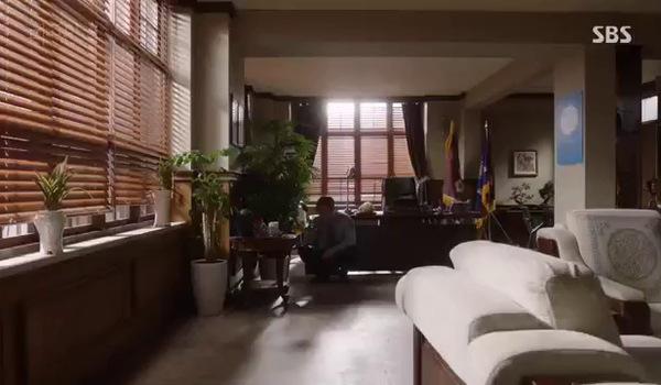 """""""Bị cáo"""" tập 12: Trưởng ngục kiểm tra CCTV bí mật trong phòng mình"""