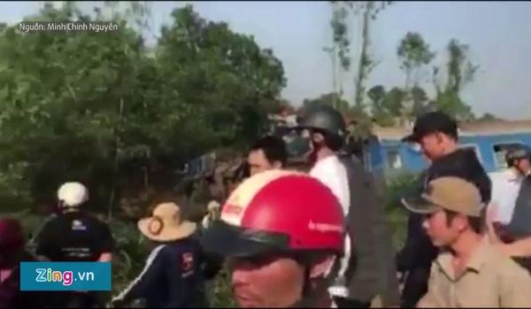 Clip hiện trường tàu hỏa trật bánh do đâm xe tải ở Huế Va chạm với xe tải ở Thừa Thiên - Huế, 4 toa của tàu SE2 bị lật khỏi đường ray khiến ít nhất 3 người tử vong.