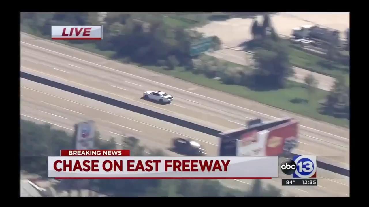 Kẻ gian trộm Dodge Challenger Hellcat và bỏ chạy trên cao tốc
