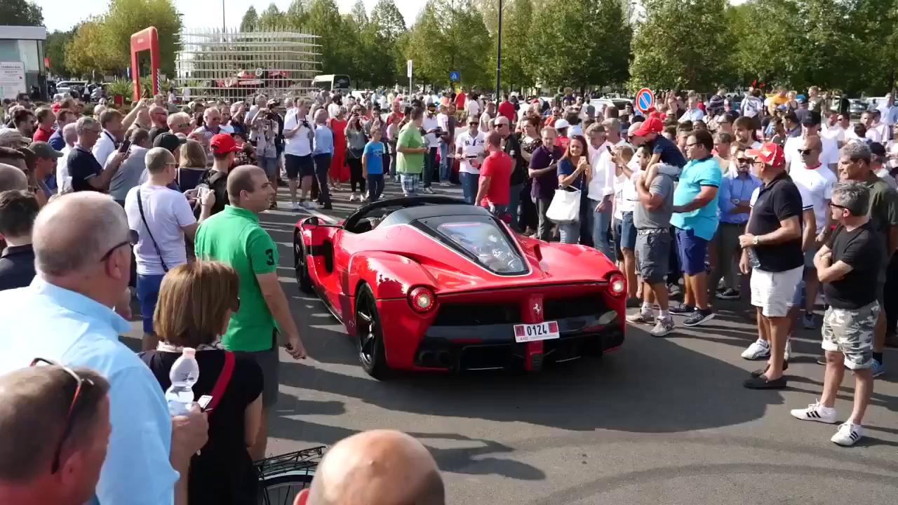 Hàng trăm du khách vây quanh hot girl cầm lái siêu xe Ferrari LaFerrari mui trần trị giá 45,5 tỷ Đồng