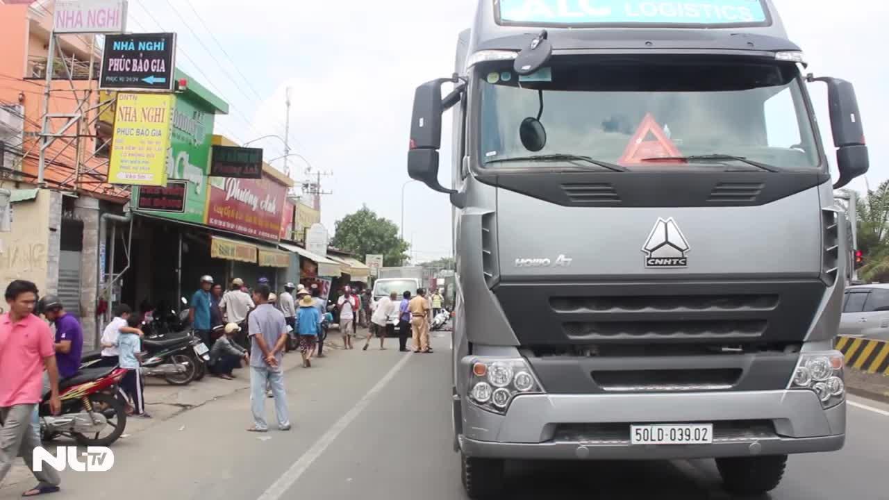 Né xe tải đổ hàng, người phụ nữ bị xe container cán chết
