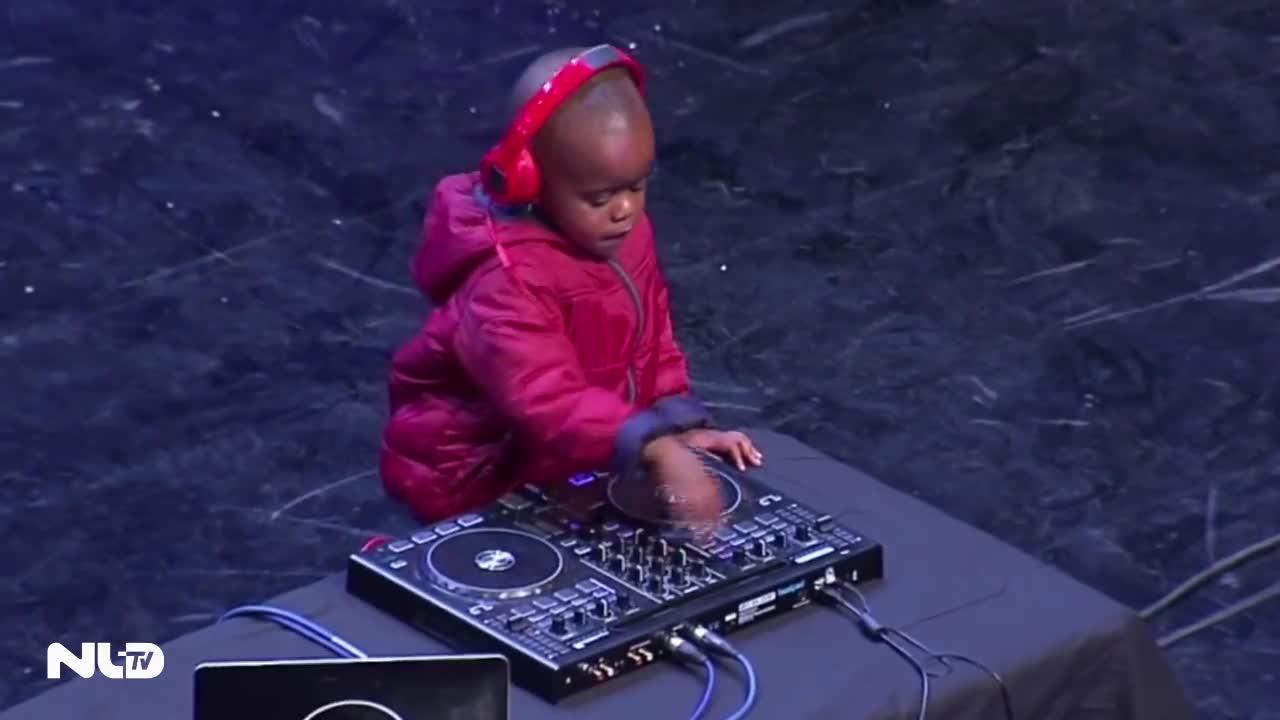 Clip: DJ 3 tuổi làm nổ tung sân khấu Nam Phi Got Talent 2015