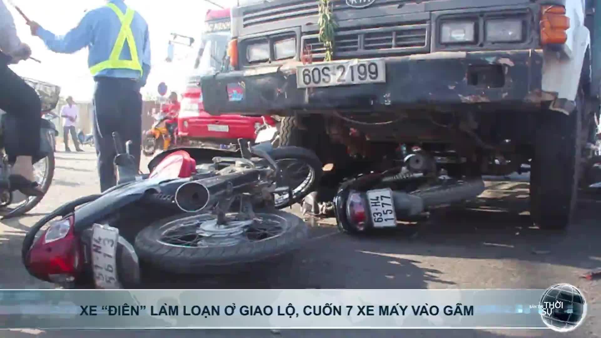 """Xe """"điên"""" làm loạn ở giao lộ, cuốn 7 xe máy vào gầm"""