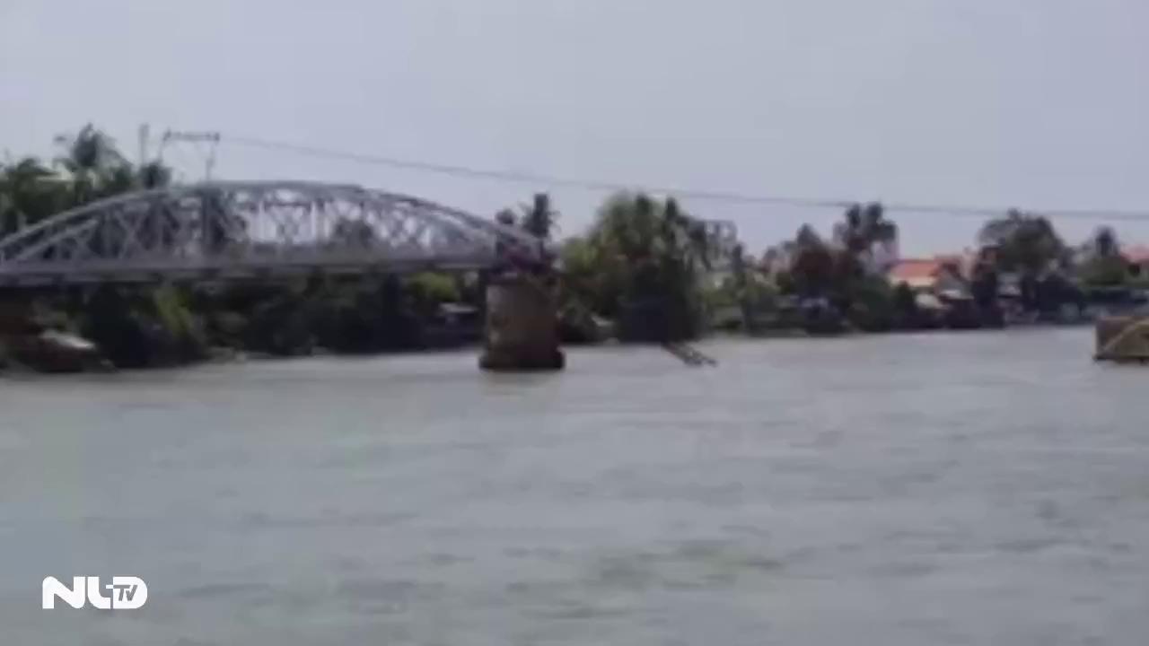 Sà lan tông sập cầu Ghềnh, đường sắt ách tắc nghiêm trọng