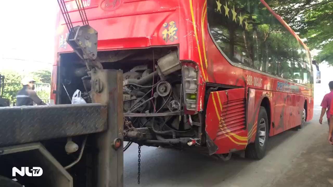 Đâm đuôi xe khách, xe tải chở gạch lật nhào gây ùn tắc trên quốc lộ 1