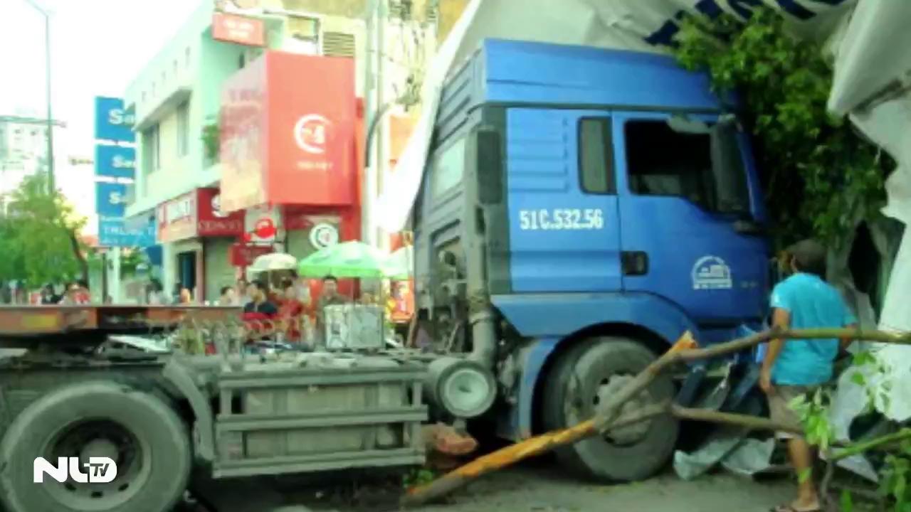 TP.HCM: Xe container đâm vào nhà dân, nhiều người thoát chết