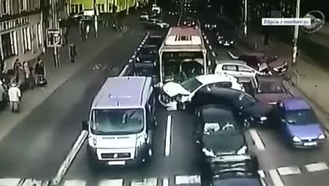 Xe buýt 'điên' đâm hàng loạt ô tô