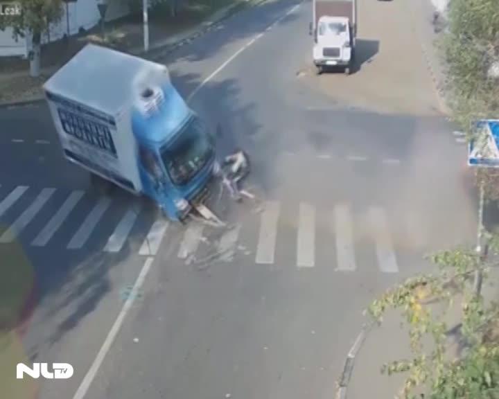 Xe đạp thoát chết thần kỳ trước đầu xe tải