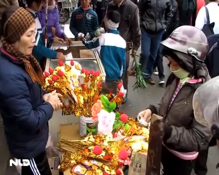 Chen lấn, xô đẩy đến ngất xỉu tại phiên chợ Viềng