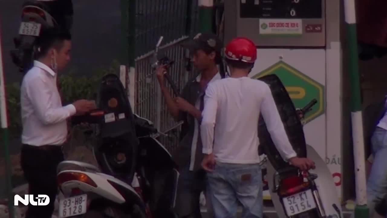Phóng sự: Lật tẩy cây xăng ăn chặn xăng của khách