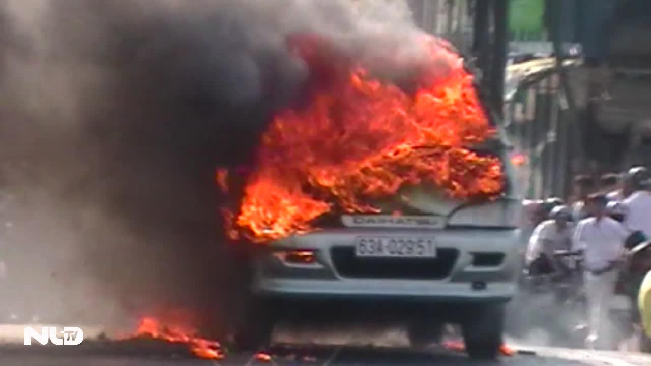 Tiền Giang: Xe 7 chỗ cháy rụi trên cầu Quay