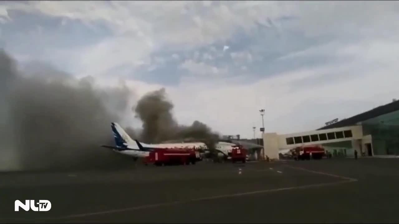 Máy bay Boeing bất ngờ bốc cháy giữa sân bay