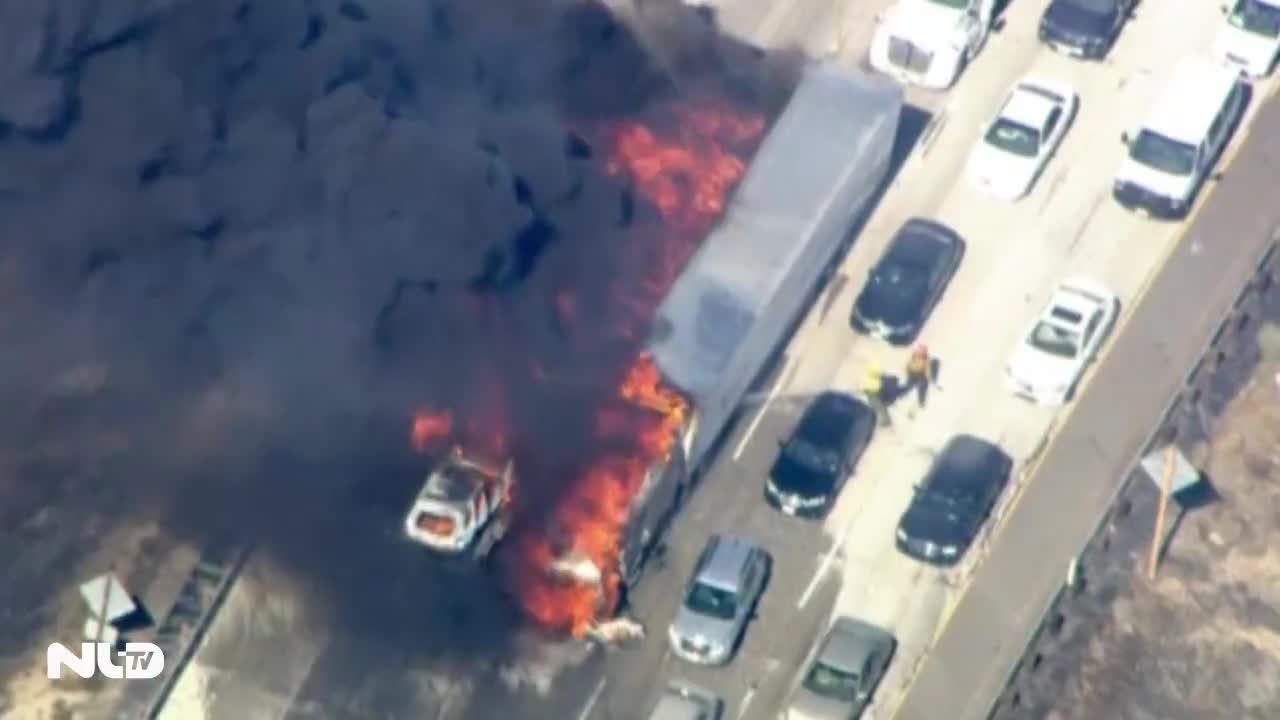Cháy rừng, thiêu rụi nhiều xe hơi trên đường cao tốc