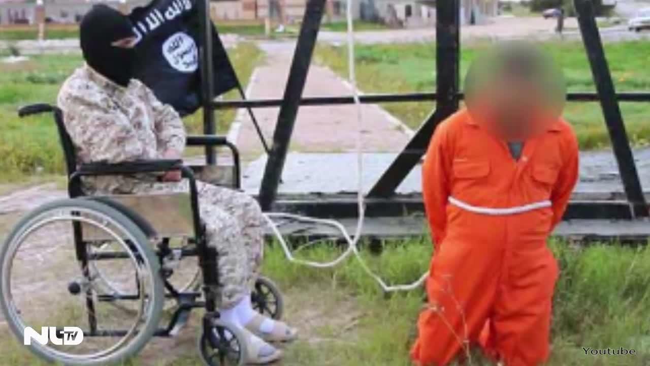 Đao phủ IS ngồi xe lăn hành quyết con tin