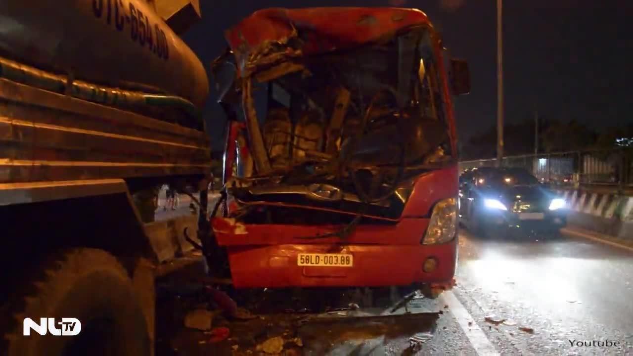 TP HCM: Xe khách đâm xe bồn, 11 người thương vong