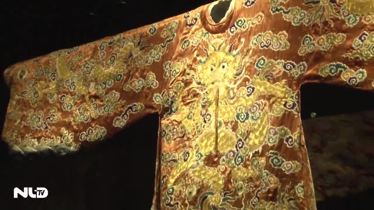 Chiêm ngưỡng áo long bào của vua Bảo Đại được phục chế tiền tỉ