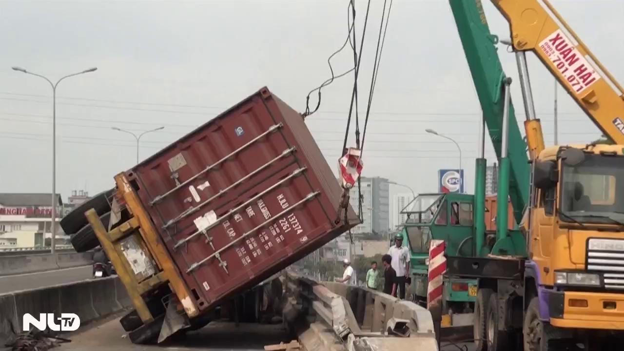 Lật xe container trên cầu Phú Mỹ