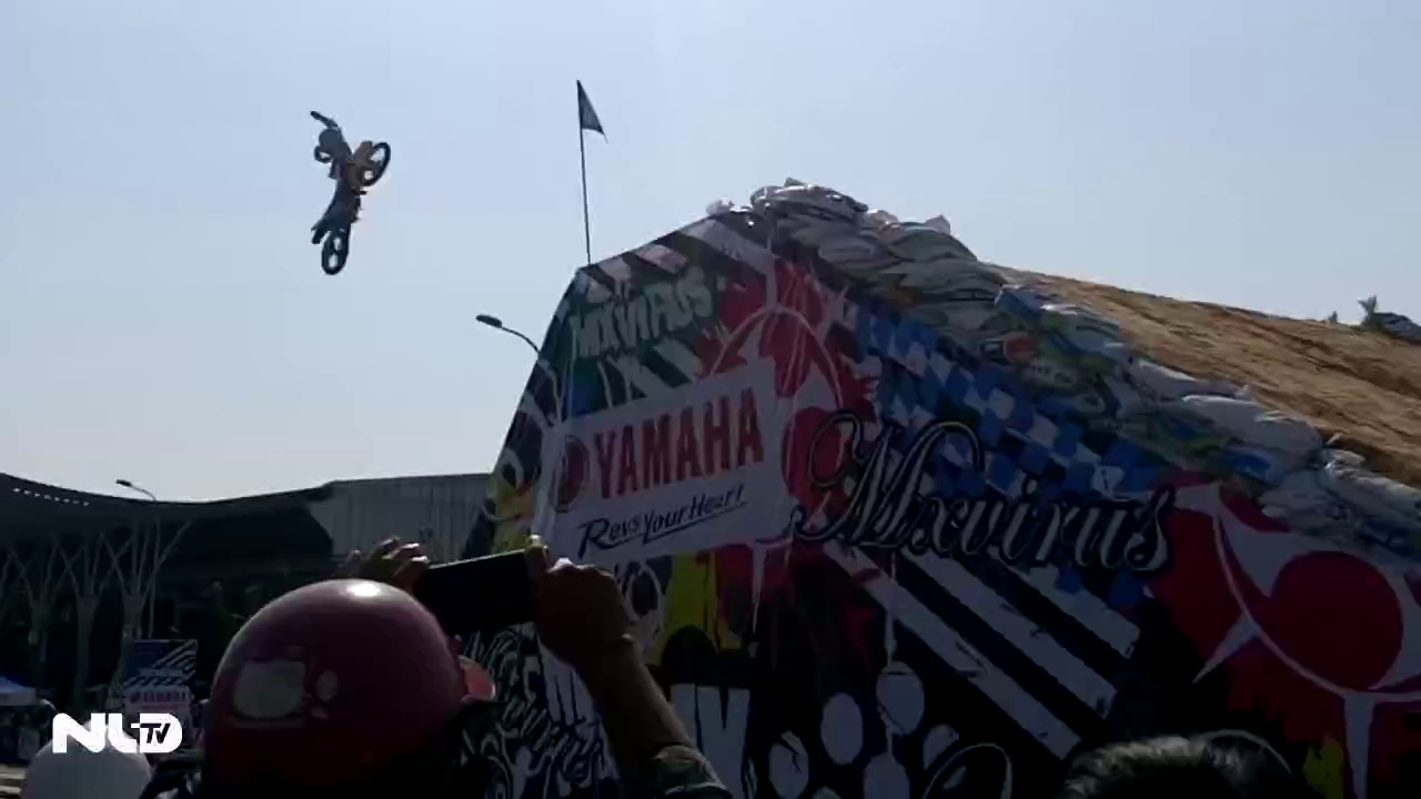 Clip: Trình diễn xe máy mạo hiểm, mô tô bay…