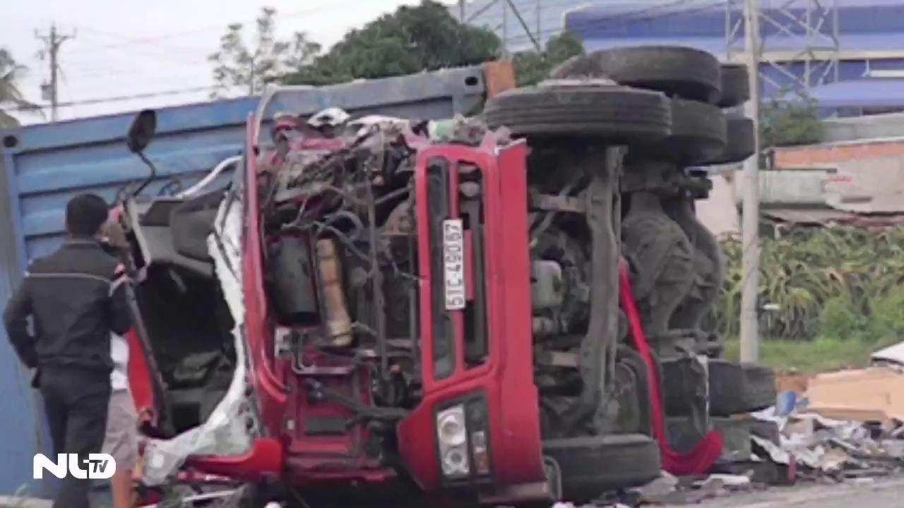 """Bình Thuận: Container lại tông ô tô ở """"điểm đen"""",  2 người chết"""
