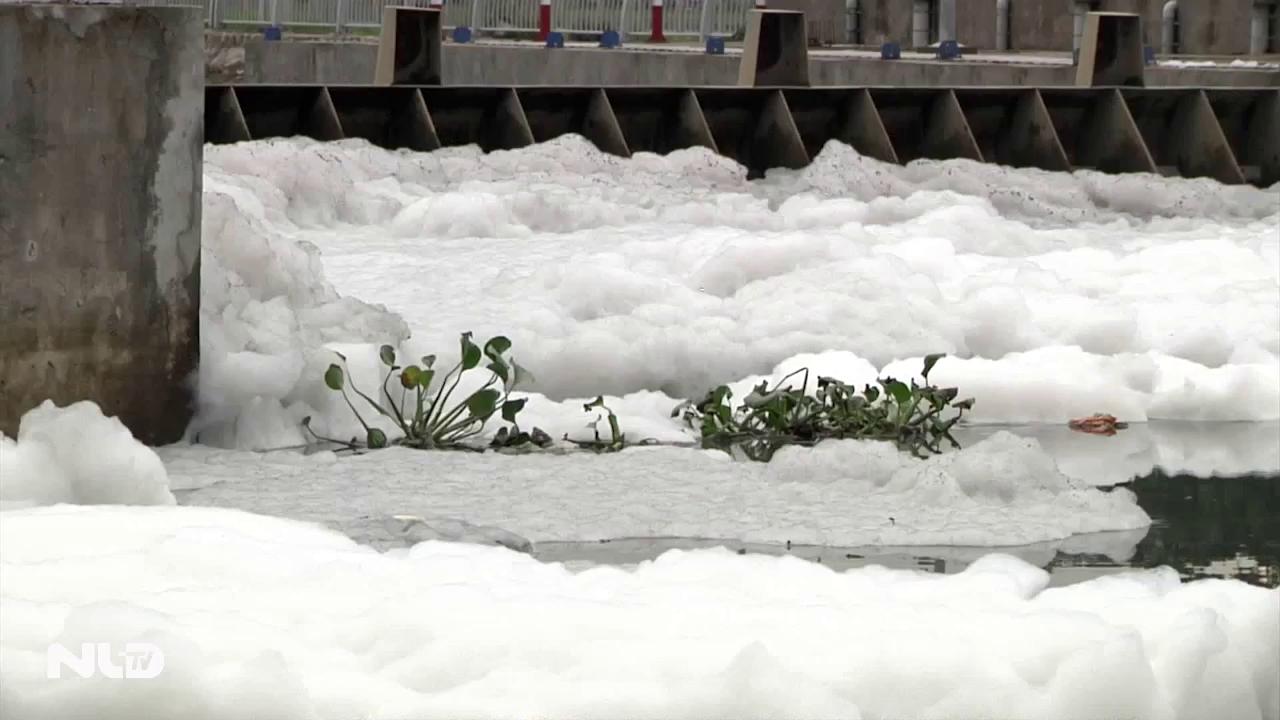 Ghi nhanh: Bọt trắng bất thường phủ kín kênh Tàu Hủ