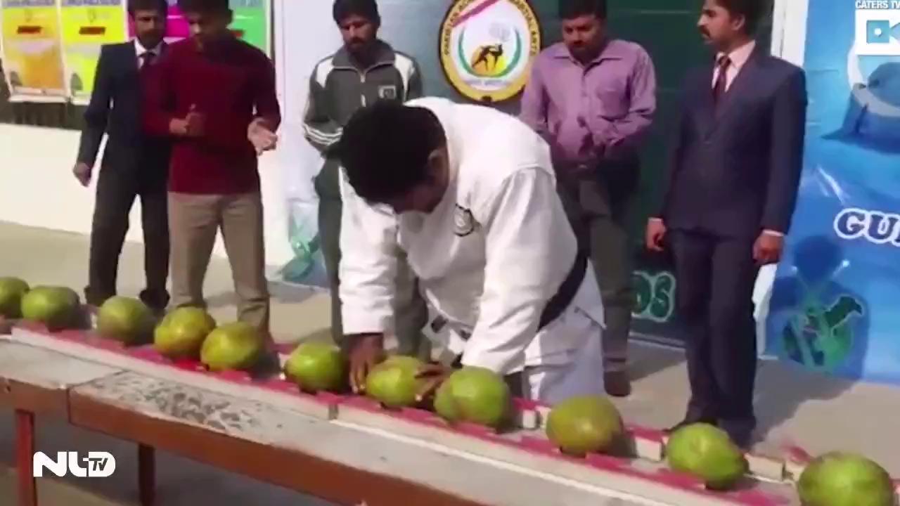 Clip: Võ sư đập vỡ 43 quả dừa bằng đầu trong 1 phút