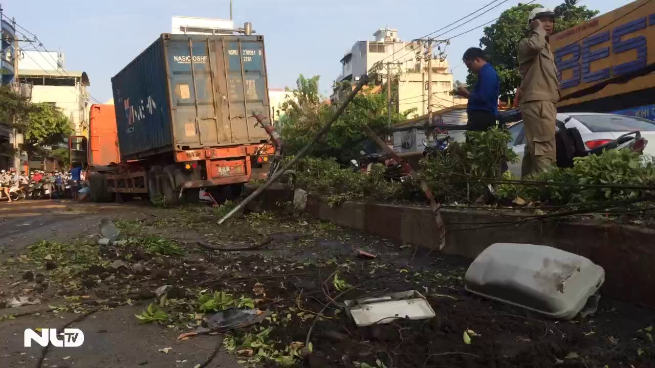 TP HCM: Container đâm dải phân cách, giao thông tê liệt