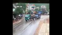 Đi đường mưa, đừng vì chủ quan mà gặp tai nạn