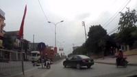 Sang đường gấp, ô tô tông xe máy
