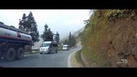Kinh hoàng xe khách cố vượt ở góc khuất trên đèo Sapa