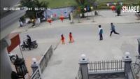 Xe máy đâm văng em bé chạy một mình sang đường