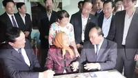 Thủ tướng trò chuyện với Mẹ Lê Thị Trị
