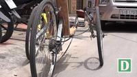 Ngộ nghĩnh xe đạp nằm trên đường phố Sài Gòn