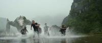 King Kong chiến đấu với quái vật Skull Crawlers trong phim Kong: Skull Island.
