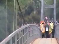 Video giây phút kinh hoàng 45 người đưa tang rơi xuống suối